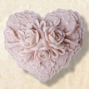 Сердце с объемными розами